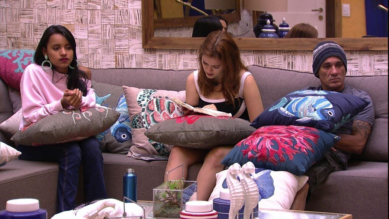 Ana Clara lê na sala em Noite de Eliminação