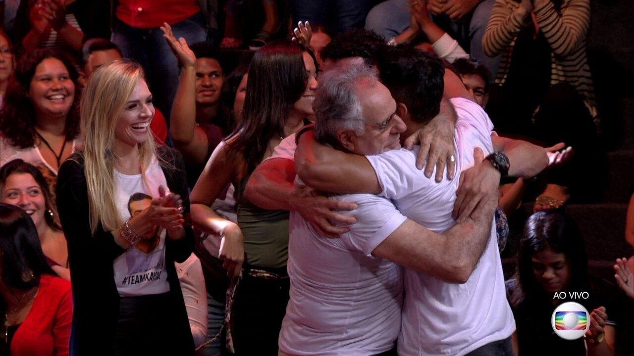 Na plateia, família de Kaysar se emociona ao sabe da liderança