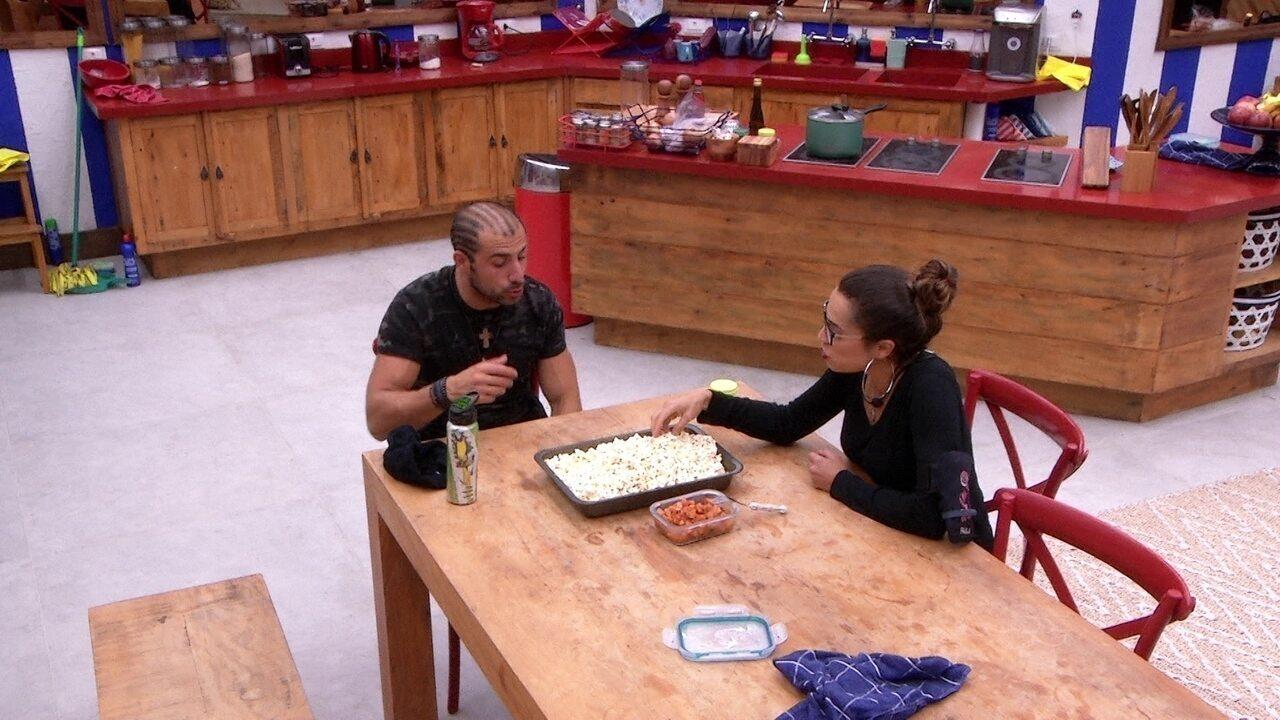 Kaysar e Paula comem pipoca e conversam sobre Prova do Líder