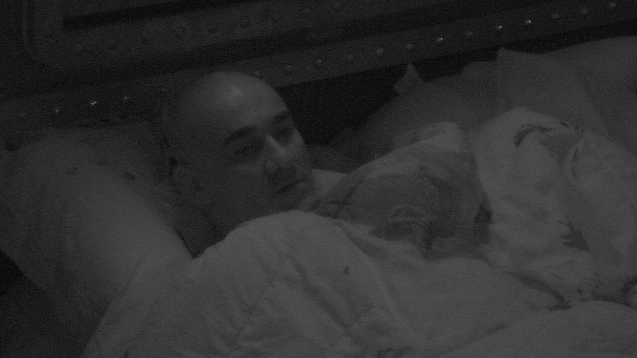 Ayrton fica pensativo no quarto, em noite marcada pela última Prova do Líder