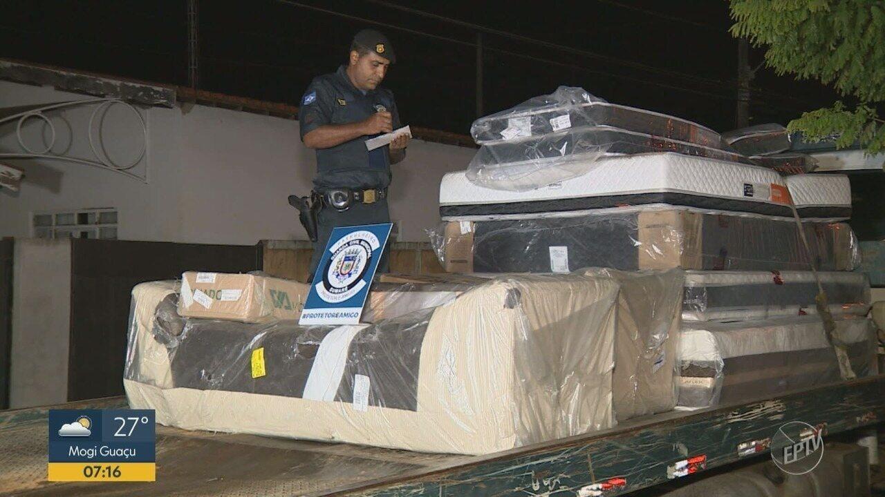 Homem que deixou a cadeia há 2 meses é preso com carga de colchões roubada