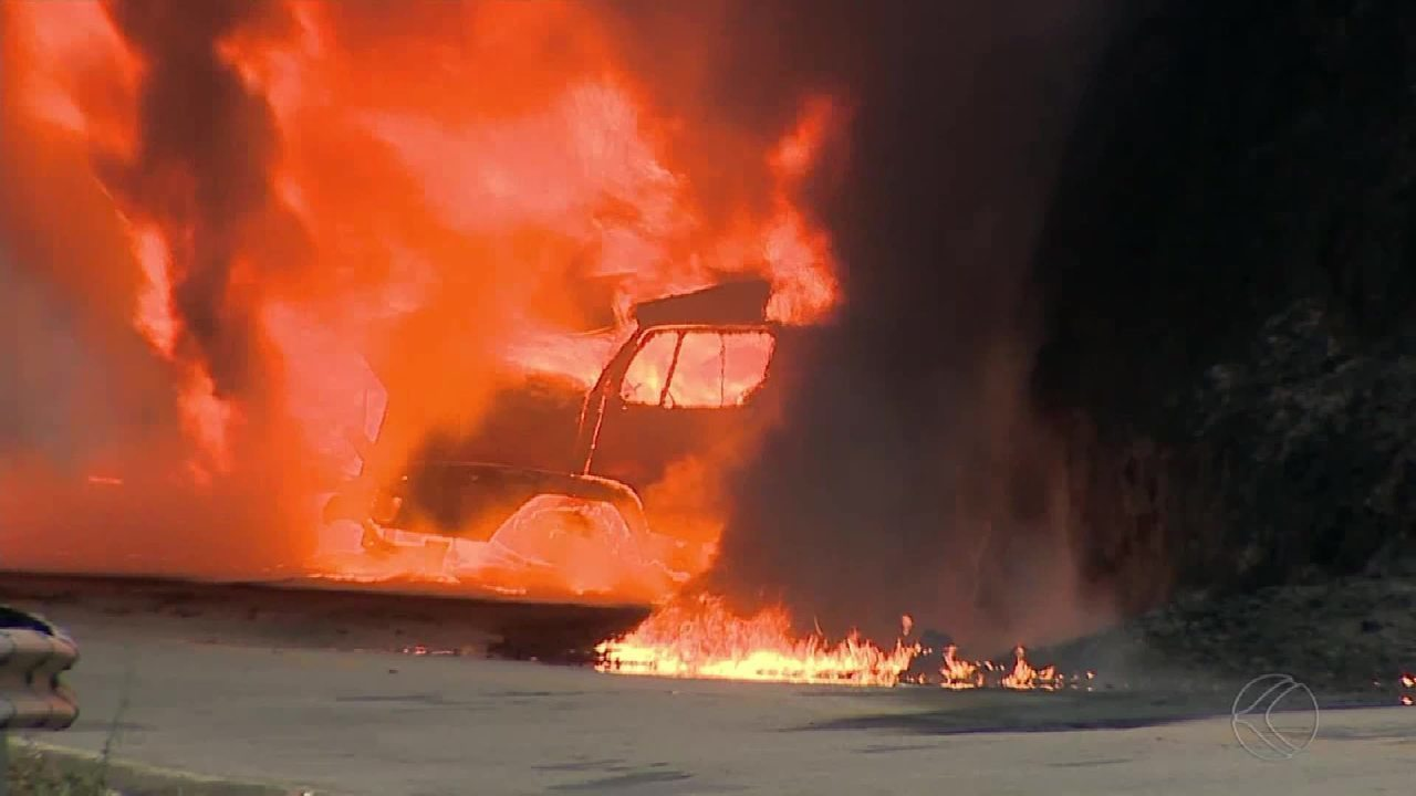 Carreta pega fogo e interdita a MG-353 entre Coronel Pacheco e Juiz de Fora
