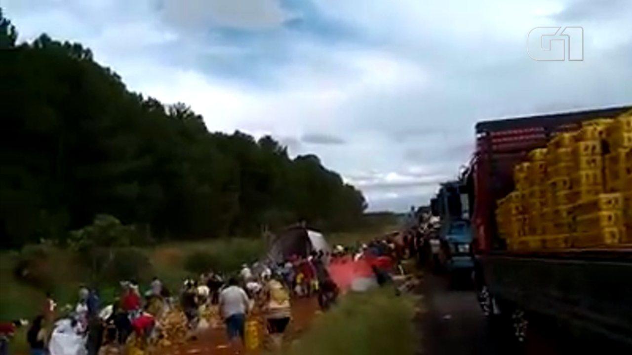 Vídeo mostra moradores pegando parte da carga de cerveja após caminhão tombar em Assis