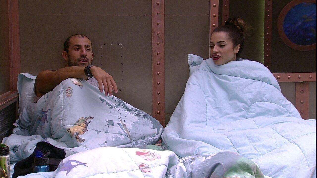 Paula e Kaysar conversam baixinho enquanto brothers dormem