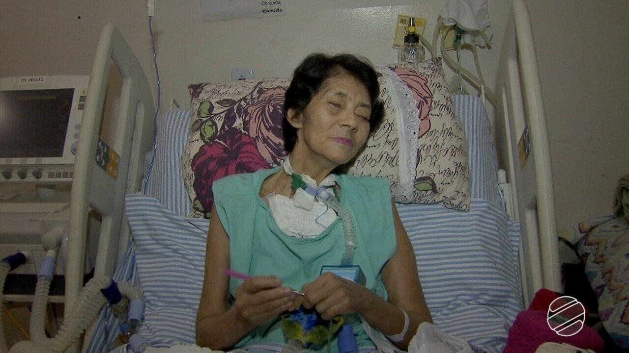 Paciente cega faz crochê em hospital de Campo Grande para ajudar no sustento da família