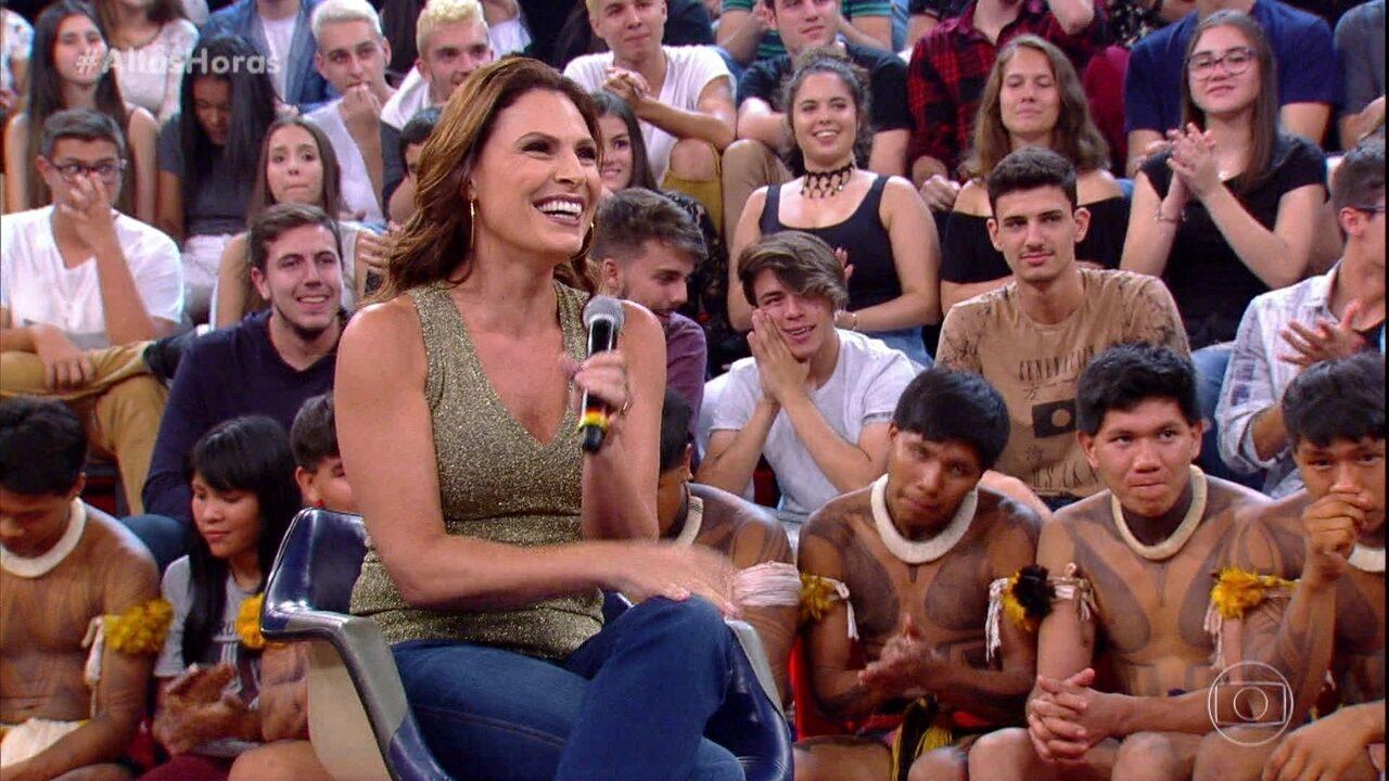 Luan Santana faz pergunta para Laura Muller
