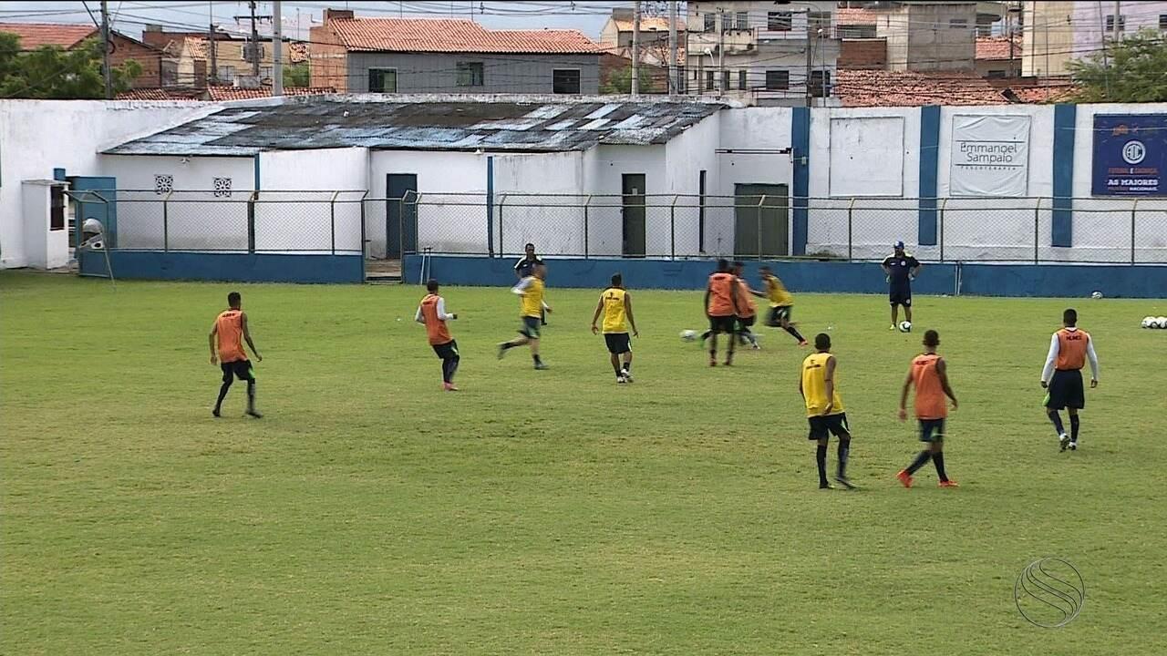 Antes de viagem, Luizinho Lopes faz últimos ajustes no Confiança