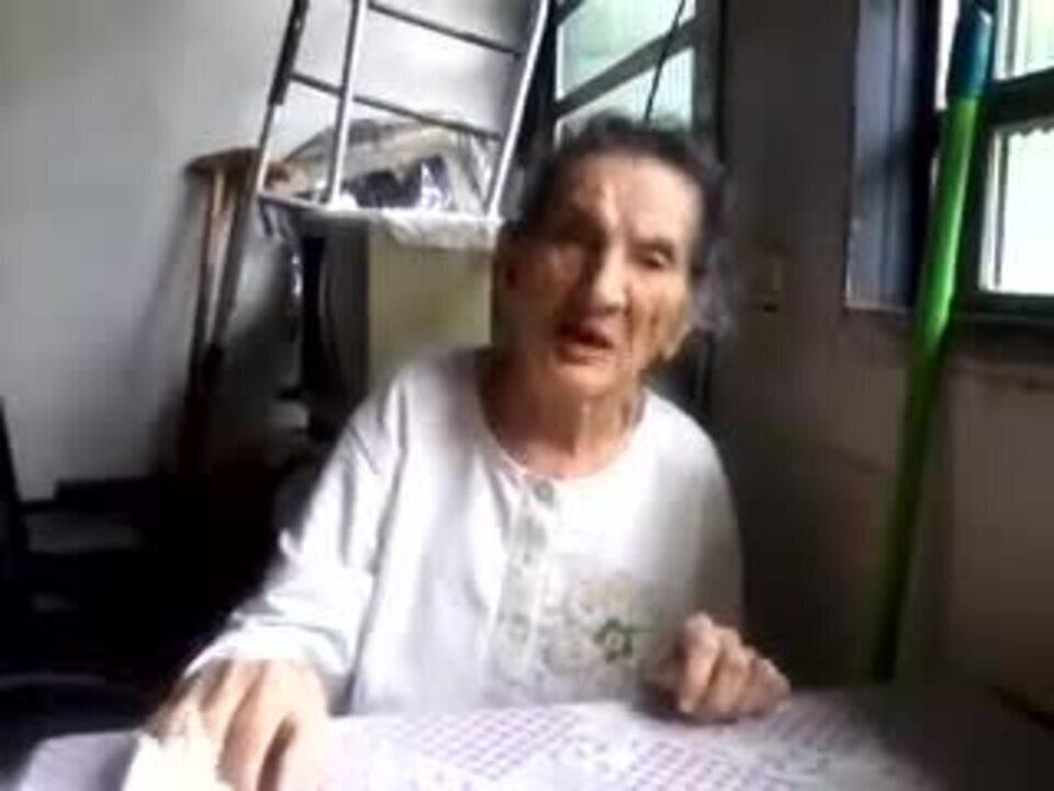 Casal conversa em casa, meses antes da internação em hospital