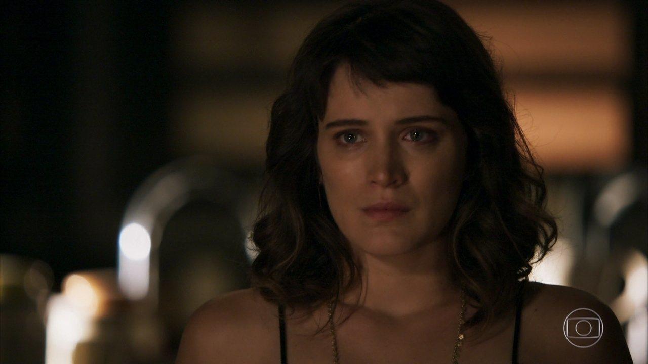 Patrick questiona Clara sobre Gael e ela desconversa