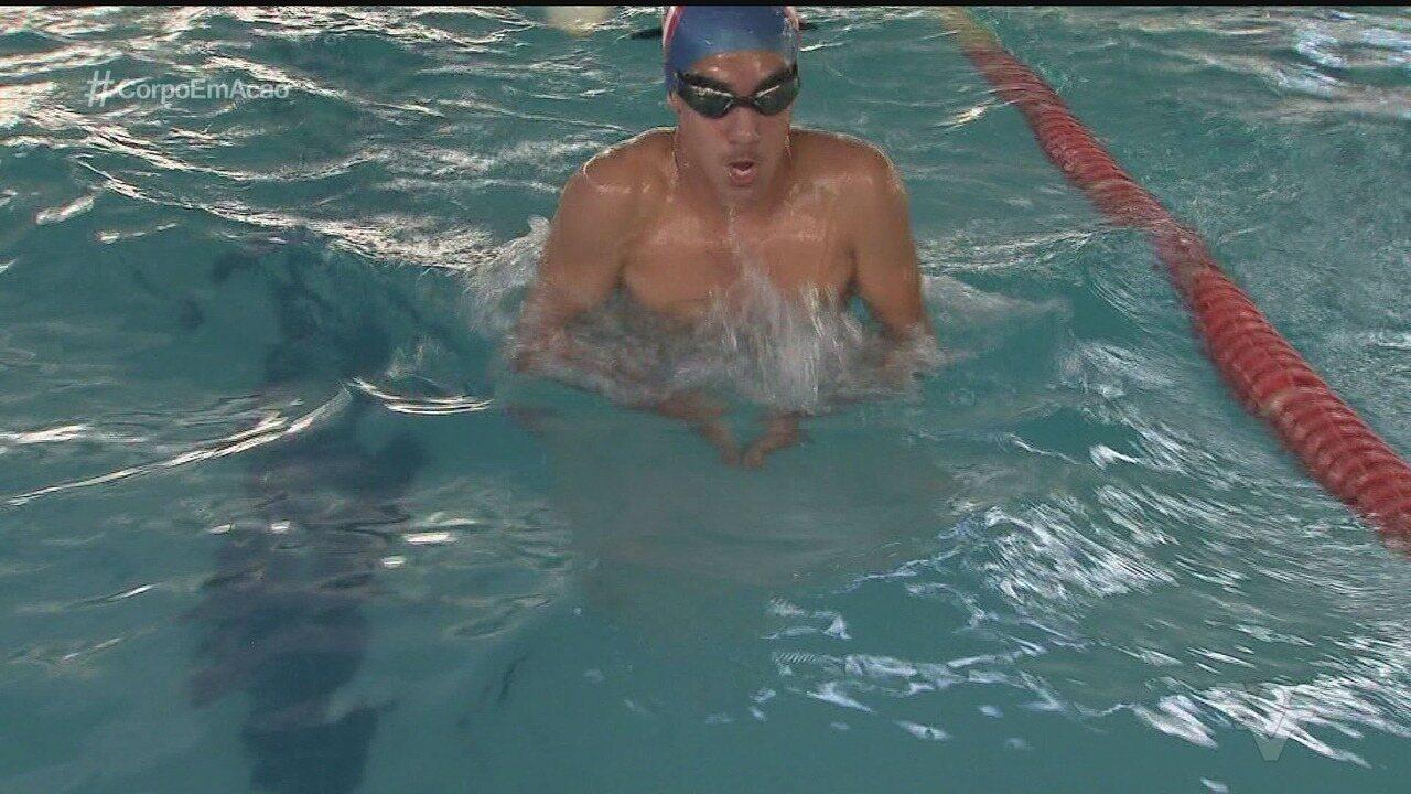 Por amor ao esporte, nadador supera problema de visão e volta a competir