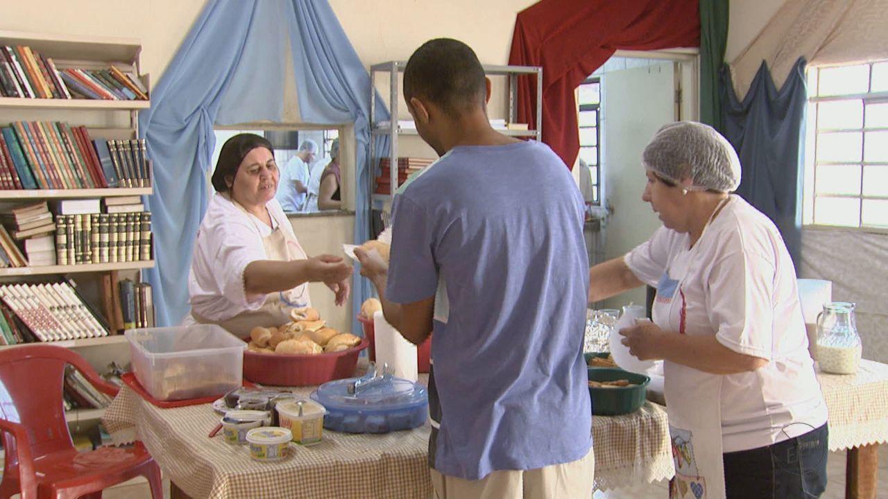 Voluntários de Araraquara oferecem dia de cuidados a moradores de rua