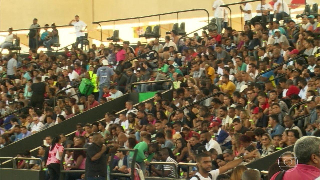 Milhares de pessoas lotam Engenhão, no Rio, em busca de emprego