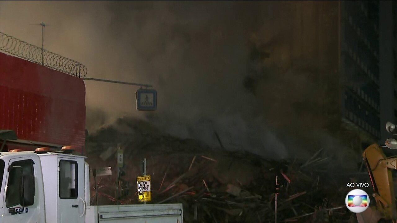 Prédio habitado por sem-teto pega fogo e desaba no centro de São Paulo