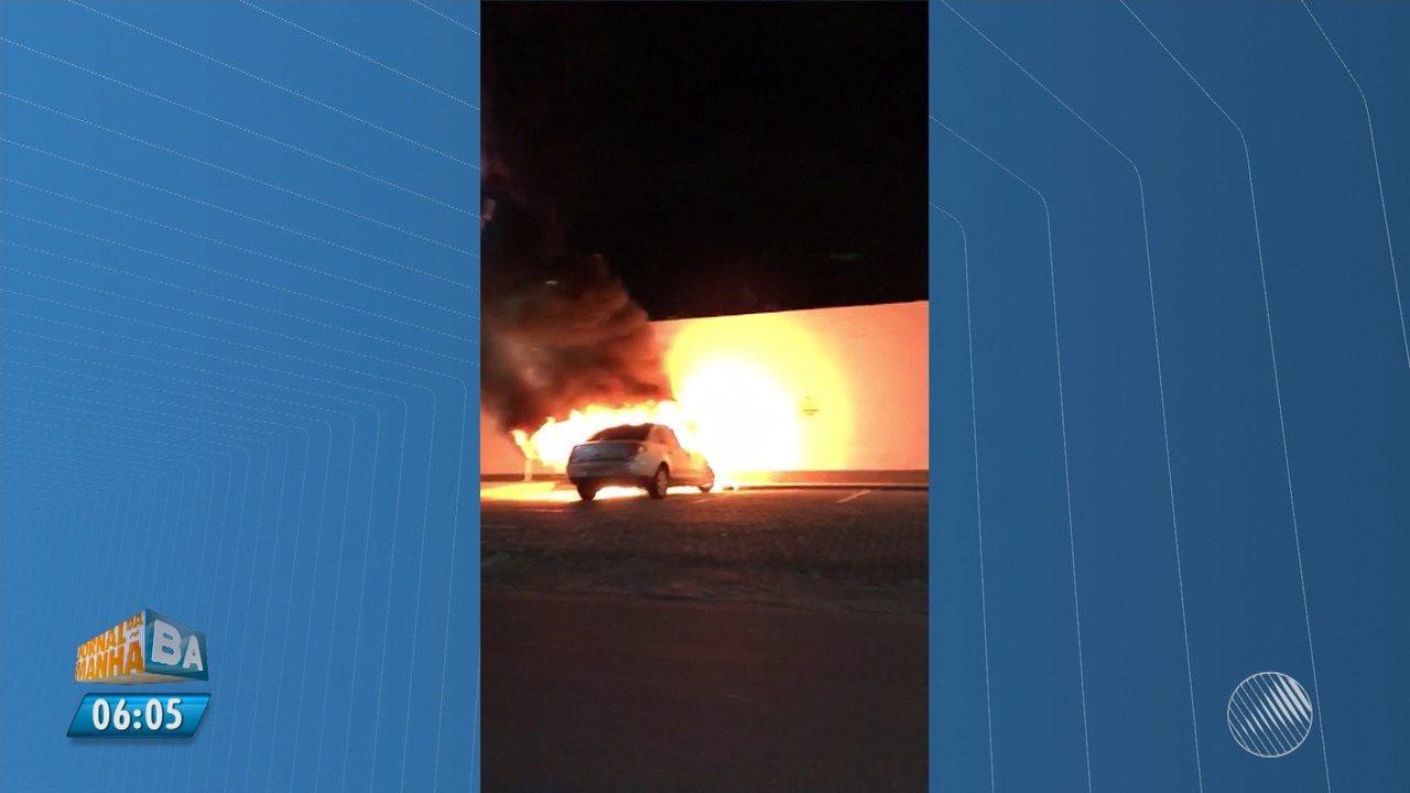 Carro pega fogo em estacionamento de posto na Avenida Magalhães Neto, em Salvador
