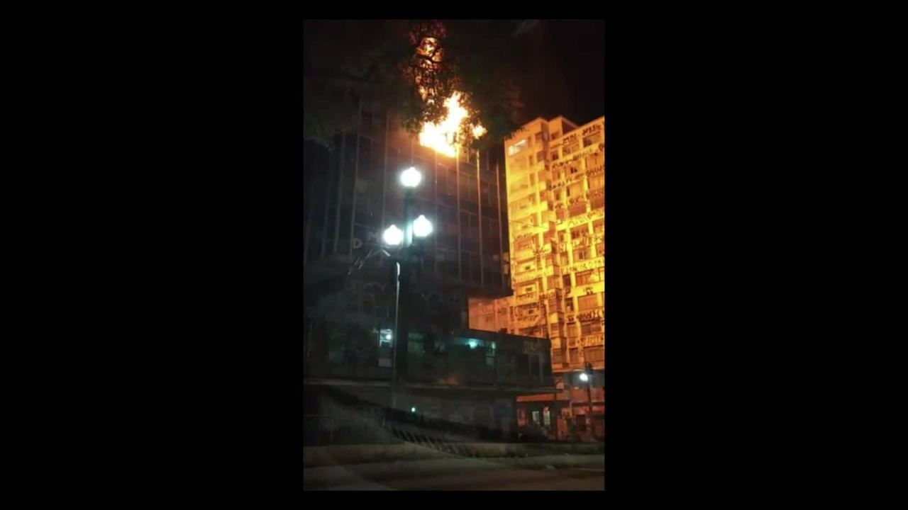 Vídeo mostra início de incêndio em prédio que desabou em São Paulo