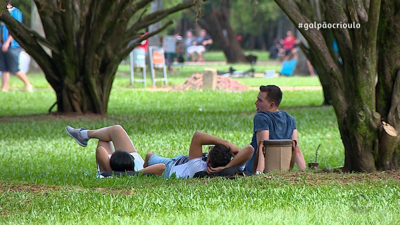 Shana Müller passeia pelo Parque da Redenção no quadro De Mala e Cuia