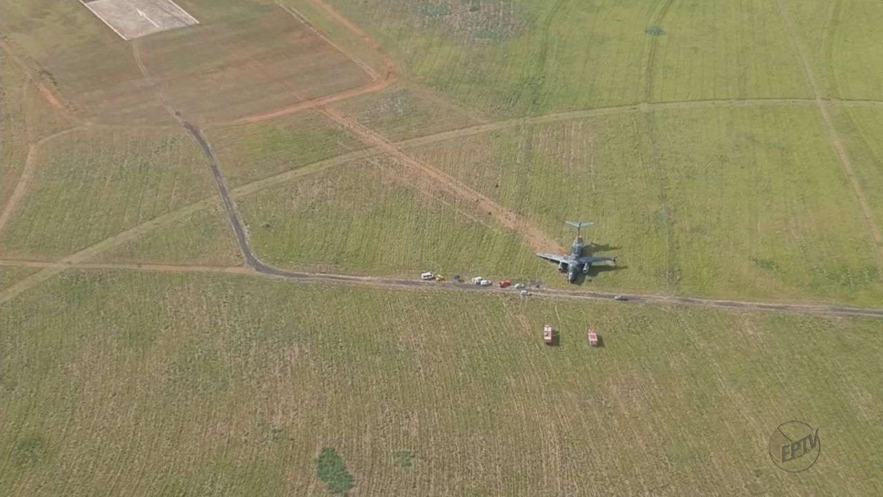 Vídeo mostra avião militar da Embraer fora da pista após incidente em Gavião Peixoto, SP