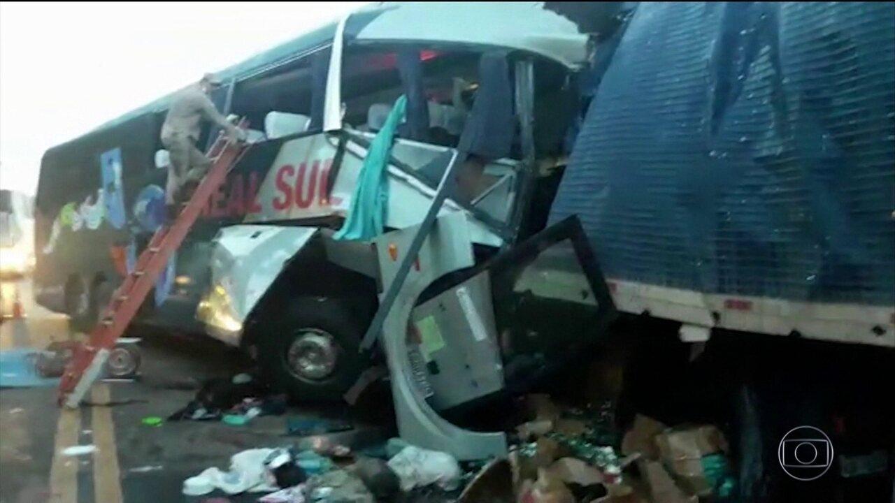 Quatro pessoas morreram após ônibus bater de frente com caminhão