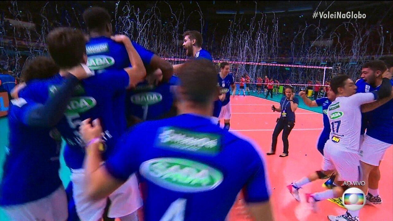 É do Cruzeiro! Simon bota no chão: 22/20 5º set 2-2