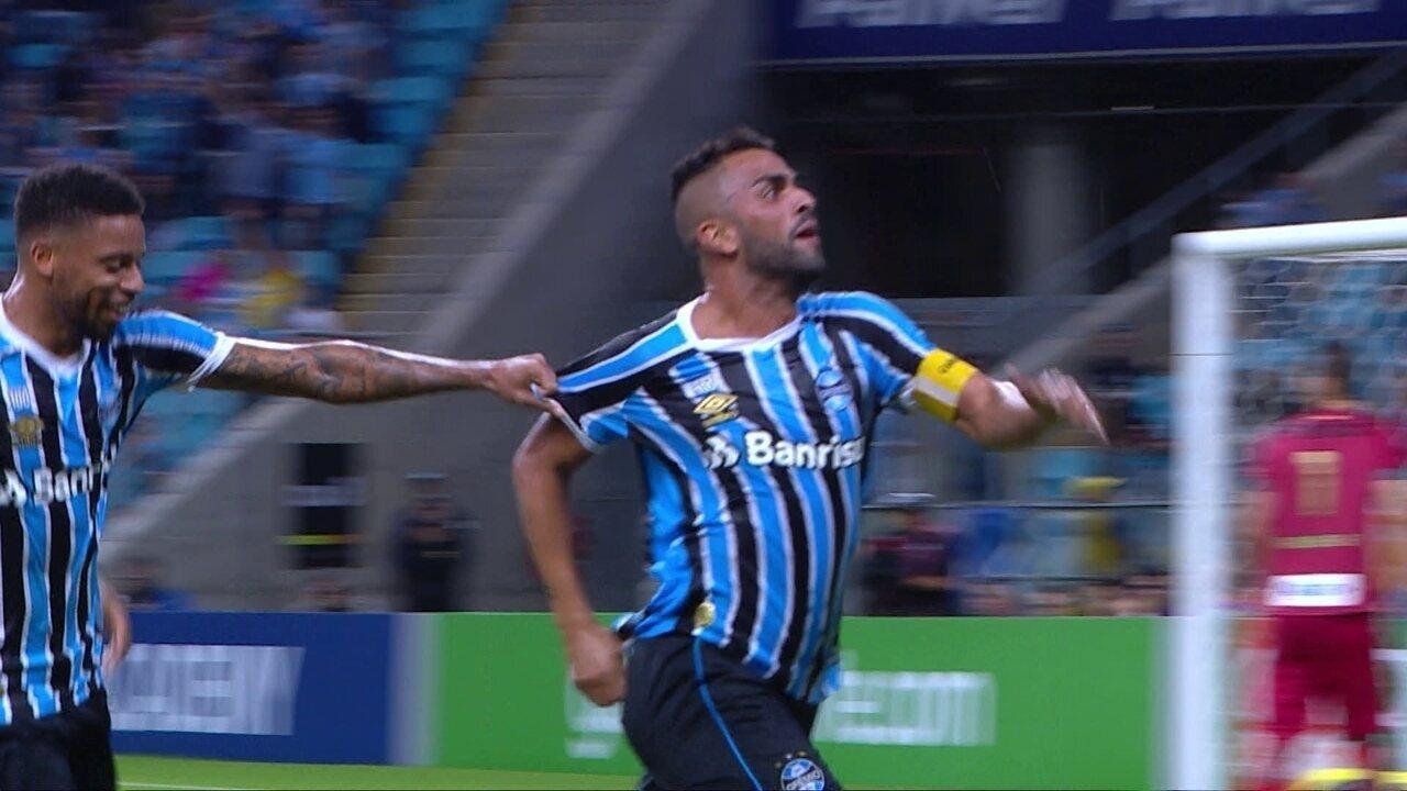 Gol do Grêmio! Maicon acerta um lindo chute na gaveta, aos 30' do 1º tempo