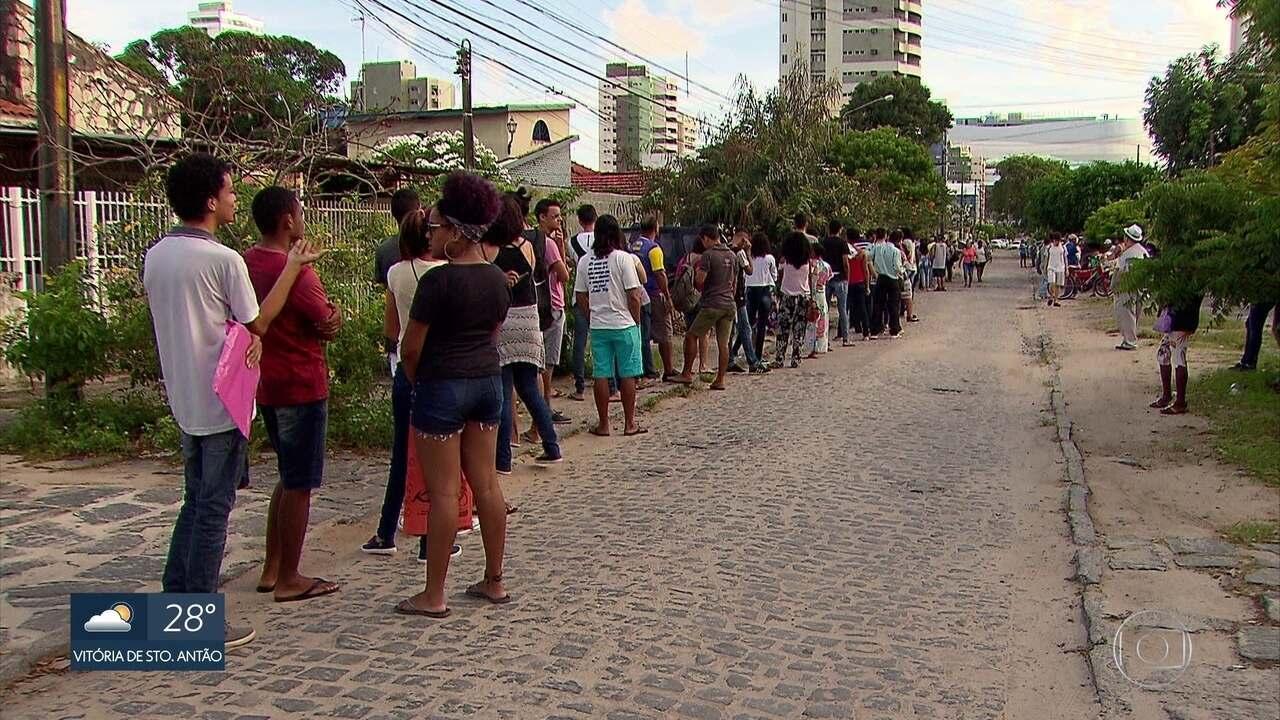 Eleitores madrugam para conseguir atendimento no cartório eleitoral de Olinda