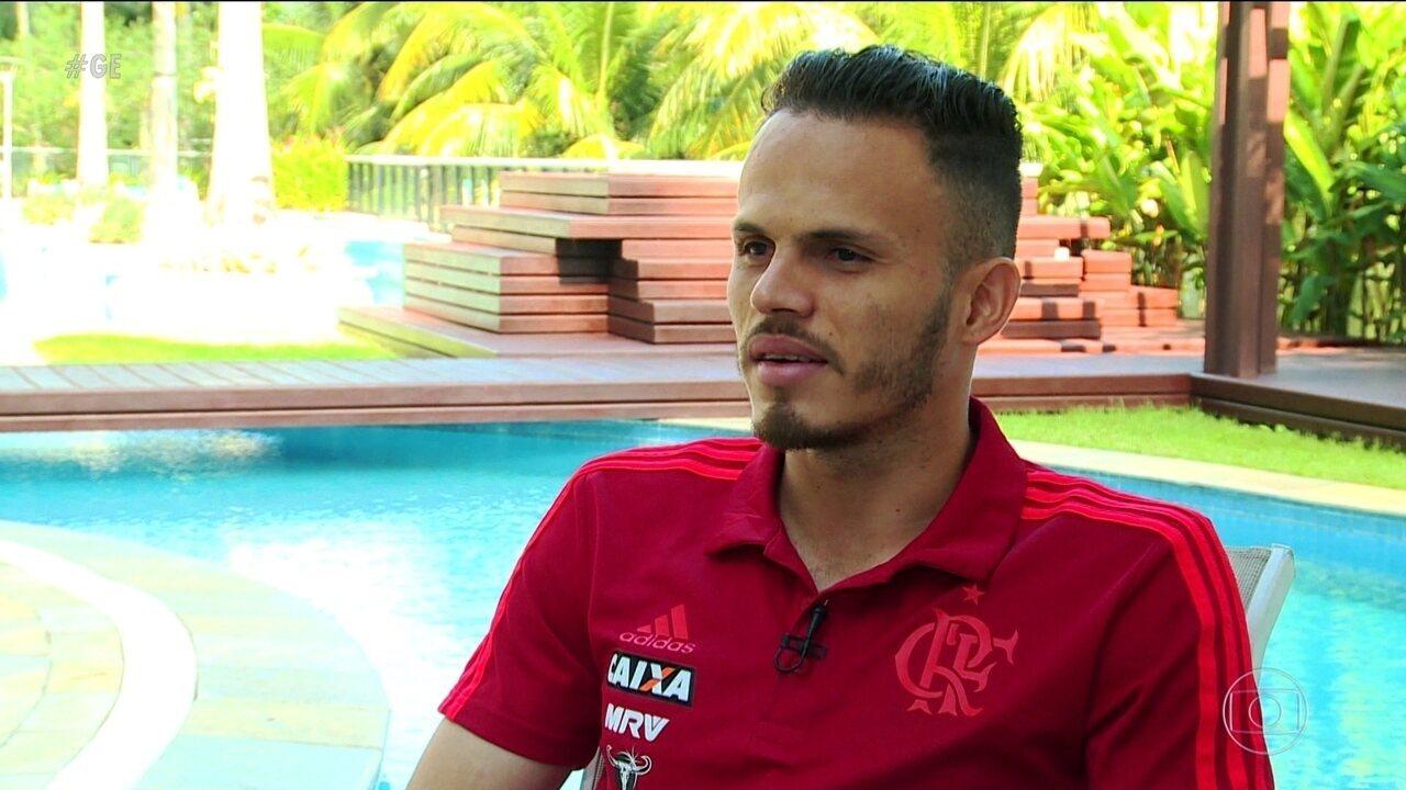 Lateral Renê lembra da vida antes de ser jogador e fala da boa fase no Flamengo