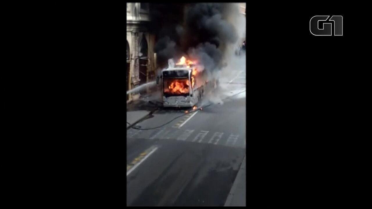 Ônibus pega fogo no coração de Roma