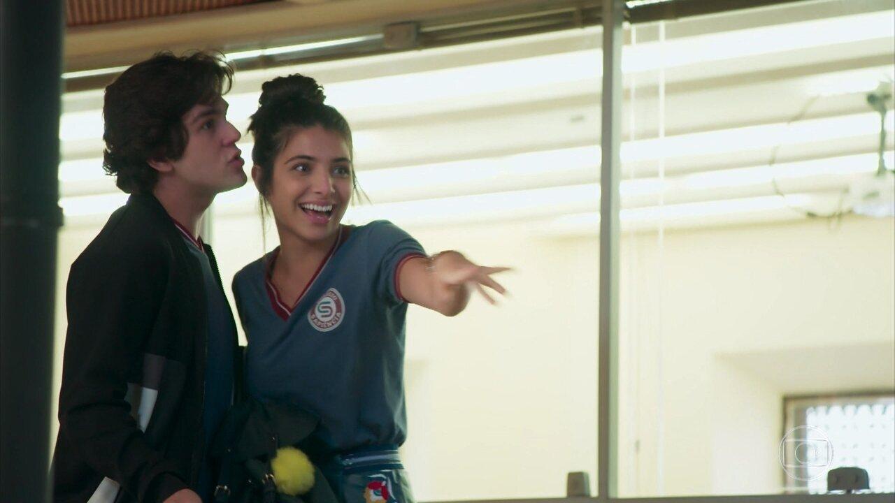 Pérola faz bullying com Úrsula e é repreendida por Alex