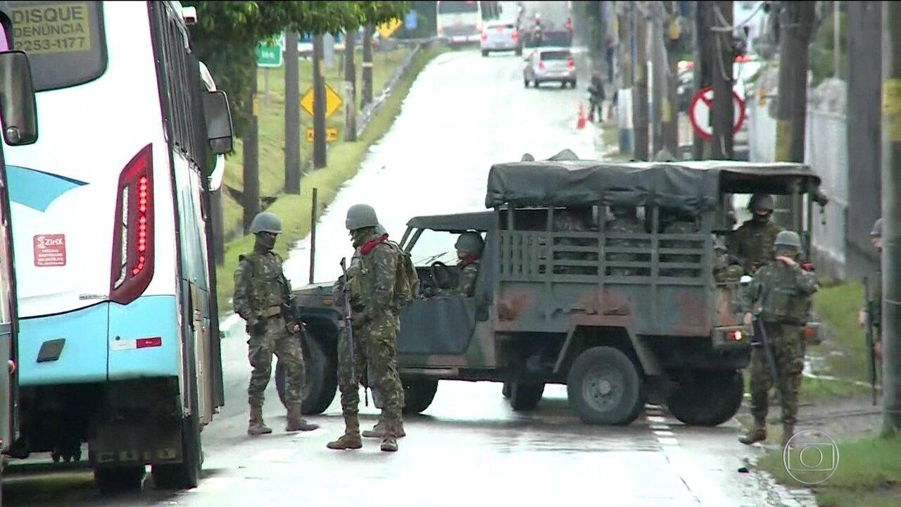 Forças Armadas fazem operação para reprimir roubo de cargas, no Rio