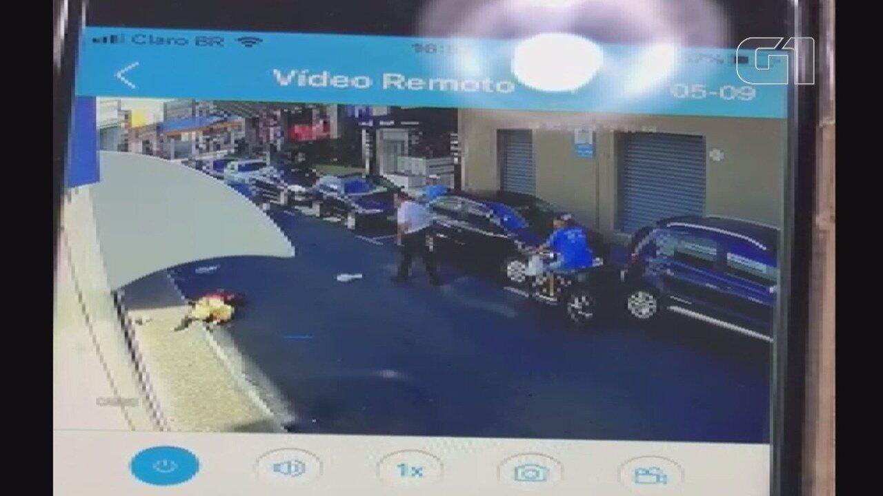 Palhaço leva chute e cai desmaiado em rua de Mogi Guaçu após briga com motorista
