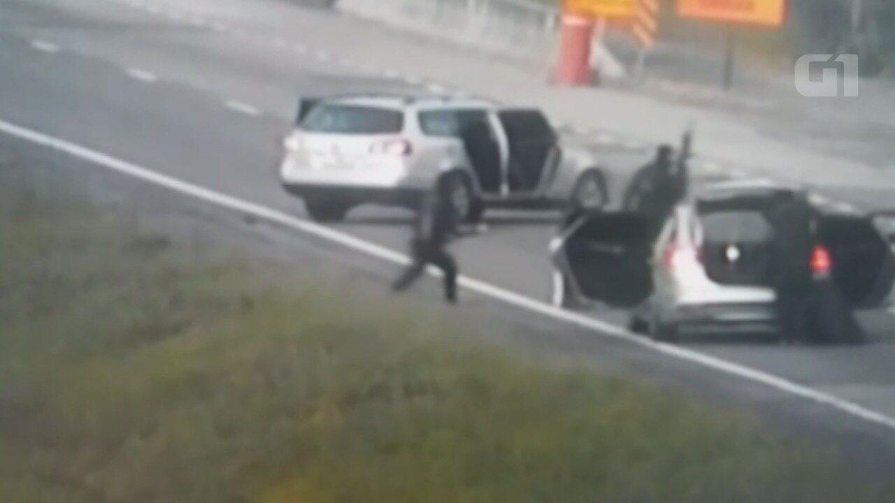 Vídeo flagra criminosos com fuzis roubando carro forte em rodovia