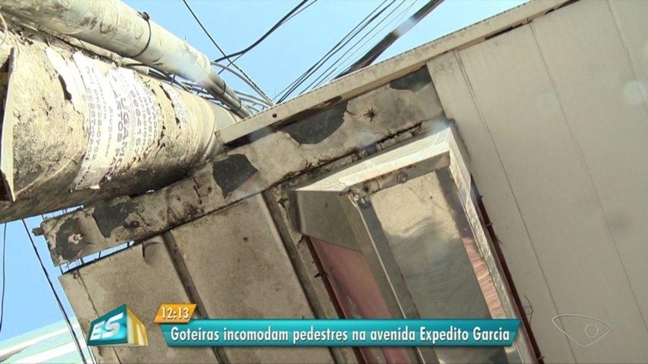 Goteiras incomodam pedestres na Avenida Expedito Garcia, em Cariacica