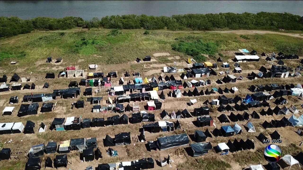 Terreno ocupado no Bairro Coroa do Meio, em Aracaju, começa a ser desocupado