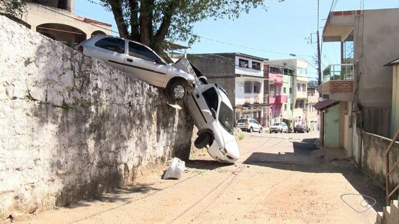Carros ficam suspensos após batida em Vila Velha, no ES