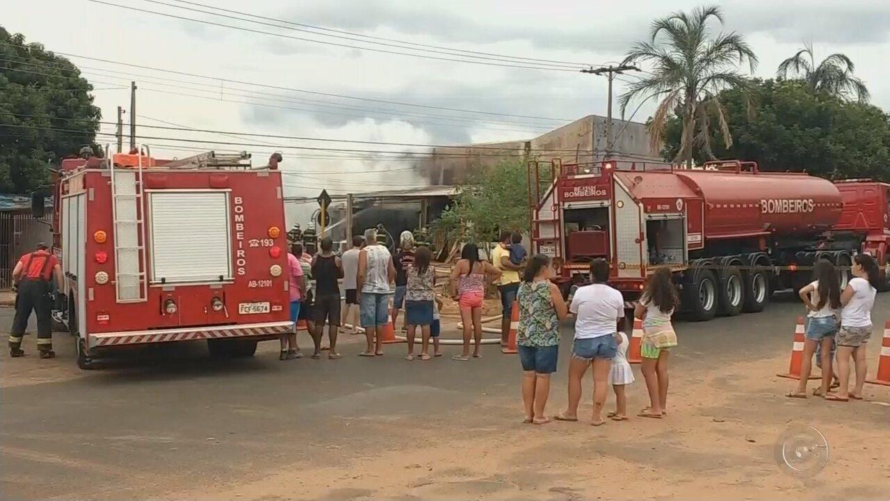 Incêndio atinge depósito de materiais de decoração em Bauru