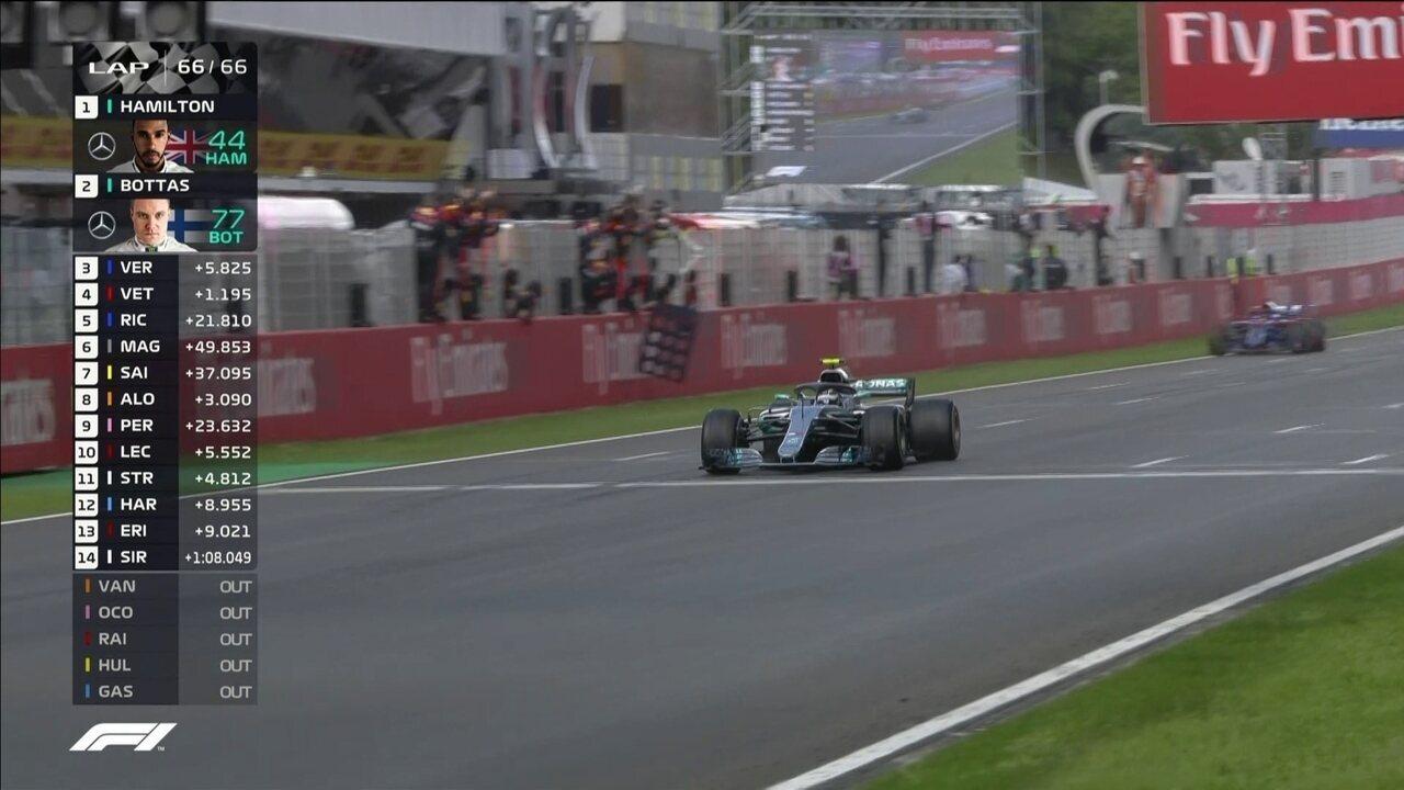 Hamilton cruza a linha de chegada em primeiro e vence o GP da Espanha de Fórmula 1