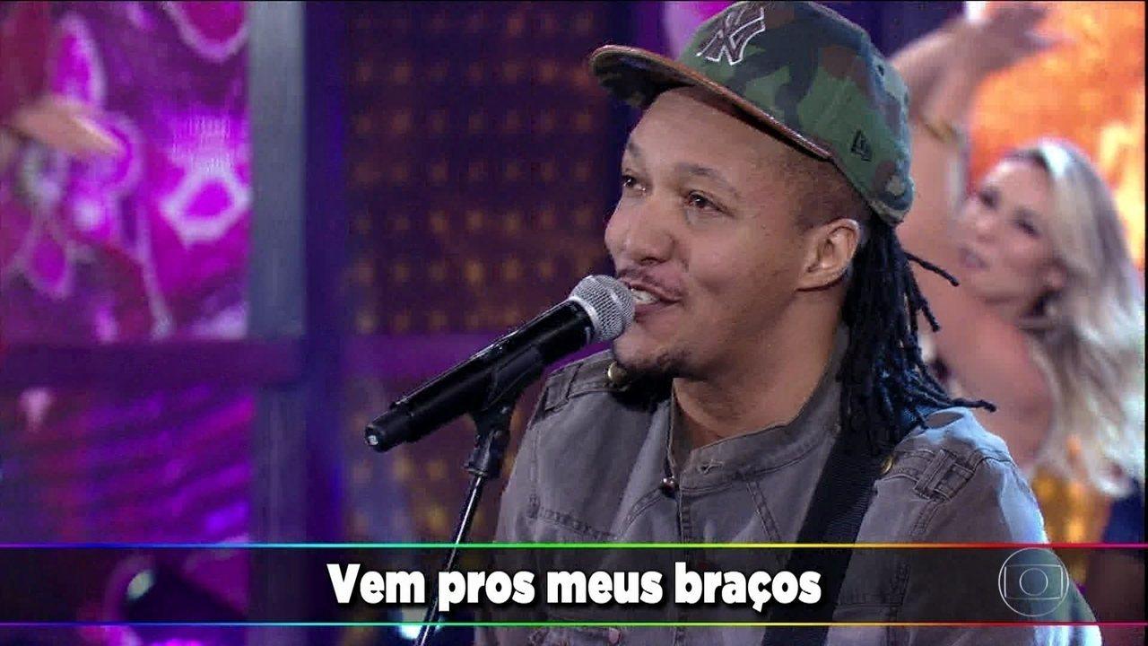 Edu Ribeiro canta 'Vem para os meus braços'