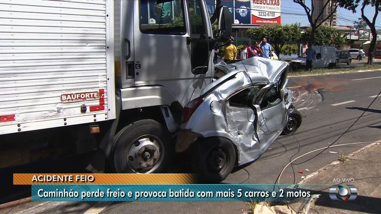 Caminhão, cinco carro e moto se envolvem em acidente no Parque Amazônia, em Goiânia