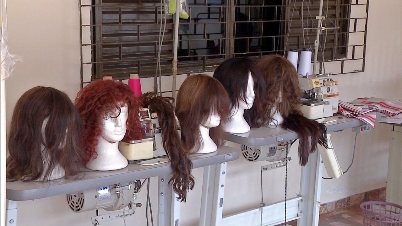 Detentas produzem perucas para pessoas com câncer em Dourados