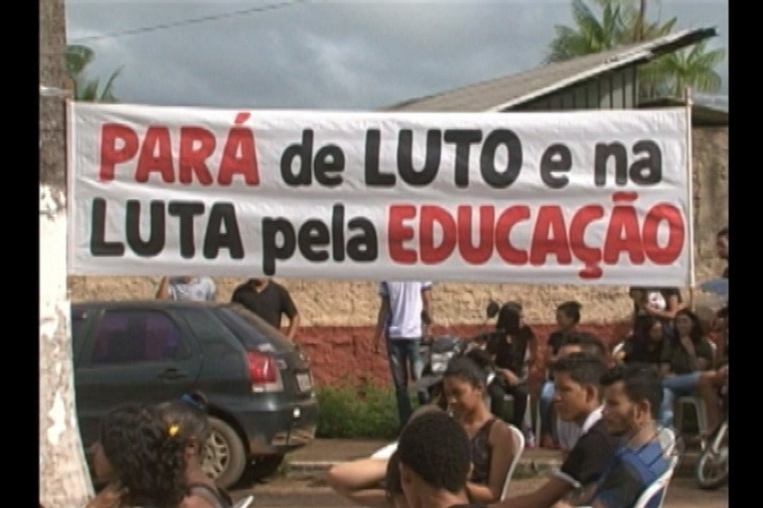 Alunos e professores da rede estadual de ensino realizam protesto em Altamira