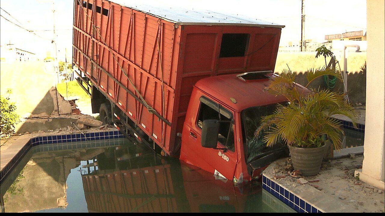 Caminhão desgovernado invade casa em João Pessoa