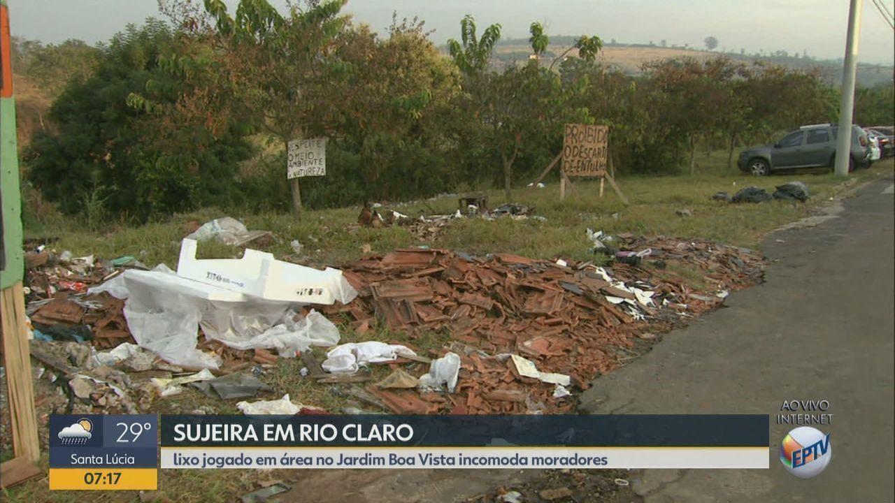 Acúmulo de lixo próximo à escola incomoda moradores em Rio Claro, SP