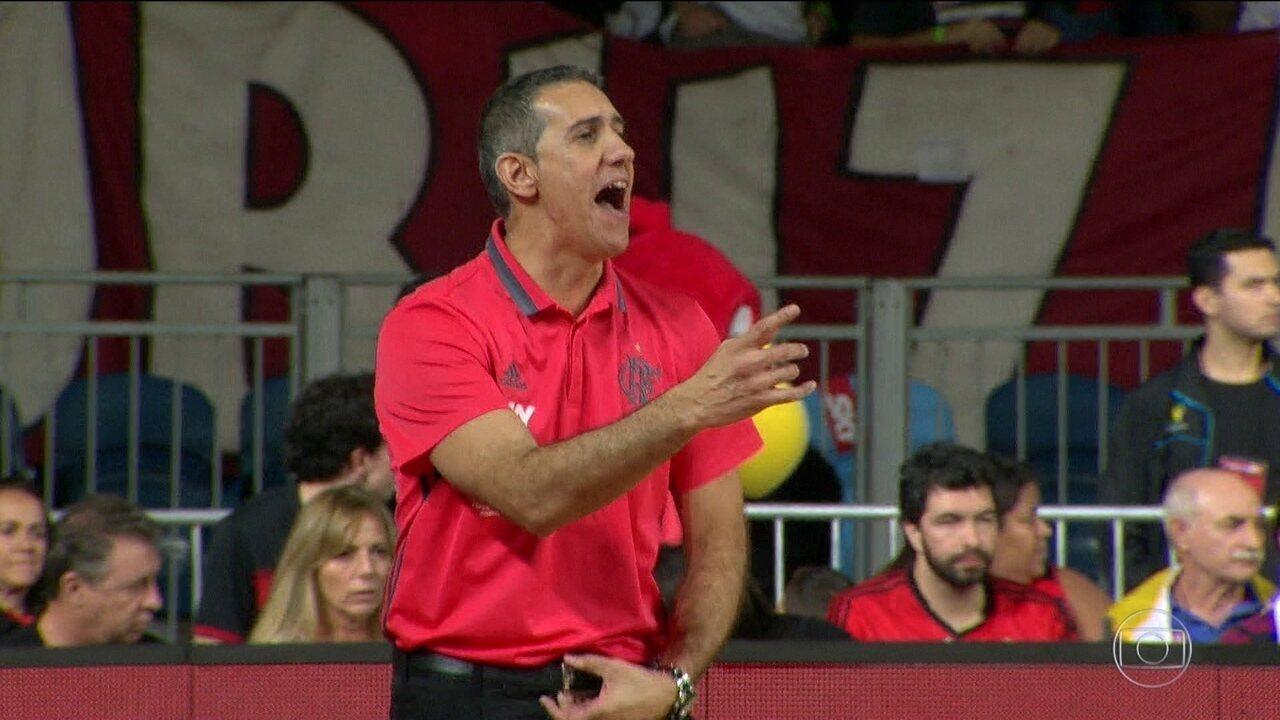 Após seis anos e muitos títulos, José Neto deixa o comando do basquete do Flamengo