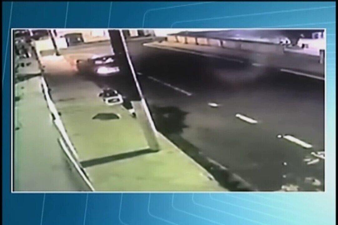 Vídeo mostra ladrões abordando jovem que foi feita refém em Uberaba