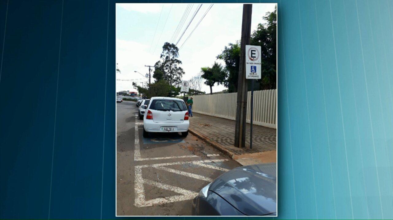 Carro da prefeitura é flagrado estacionado em vaga de deficiente