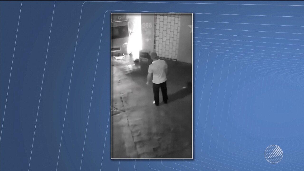 Vídeo flagra homem ateando fogo em carro na cidade de Itabuna