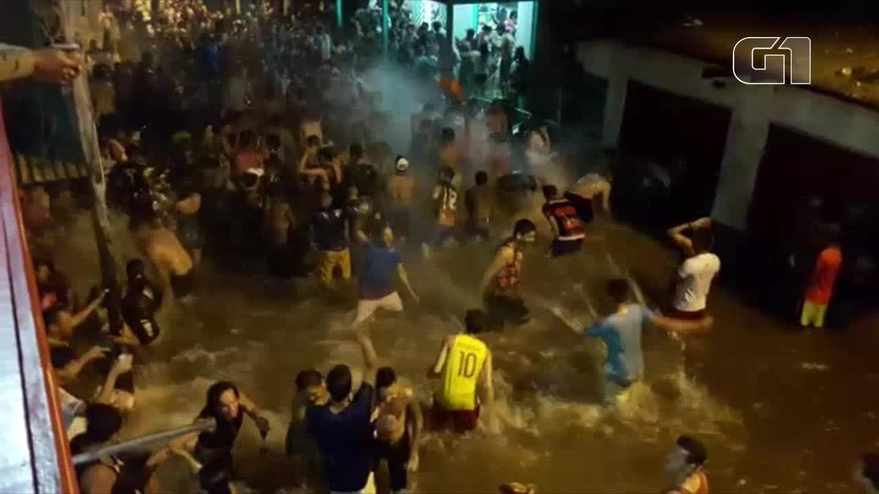 Moradores fazem festas em ruas alagadas durante inundação em Laranjal do Jari, no Amapá
