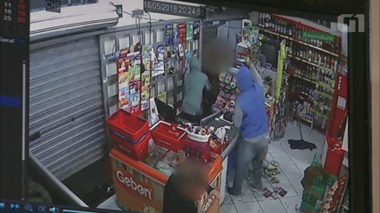 Ladrões agridem dono de mercado com revólver em assalto a mercado de Ponta Grossa; VÍDEO