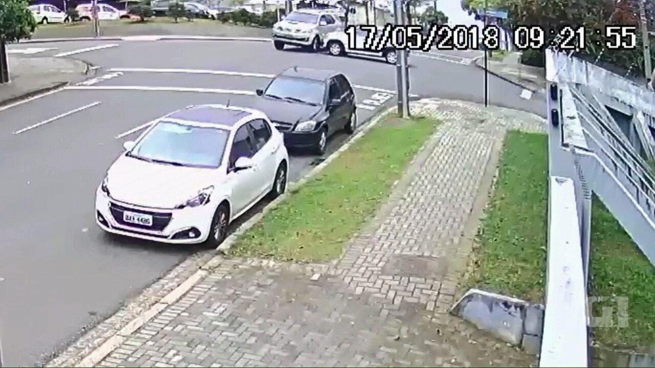 Ninguém ficou ferido; acidente aconteceu na manhã desta quinta-feira (17)