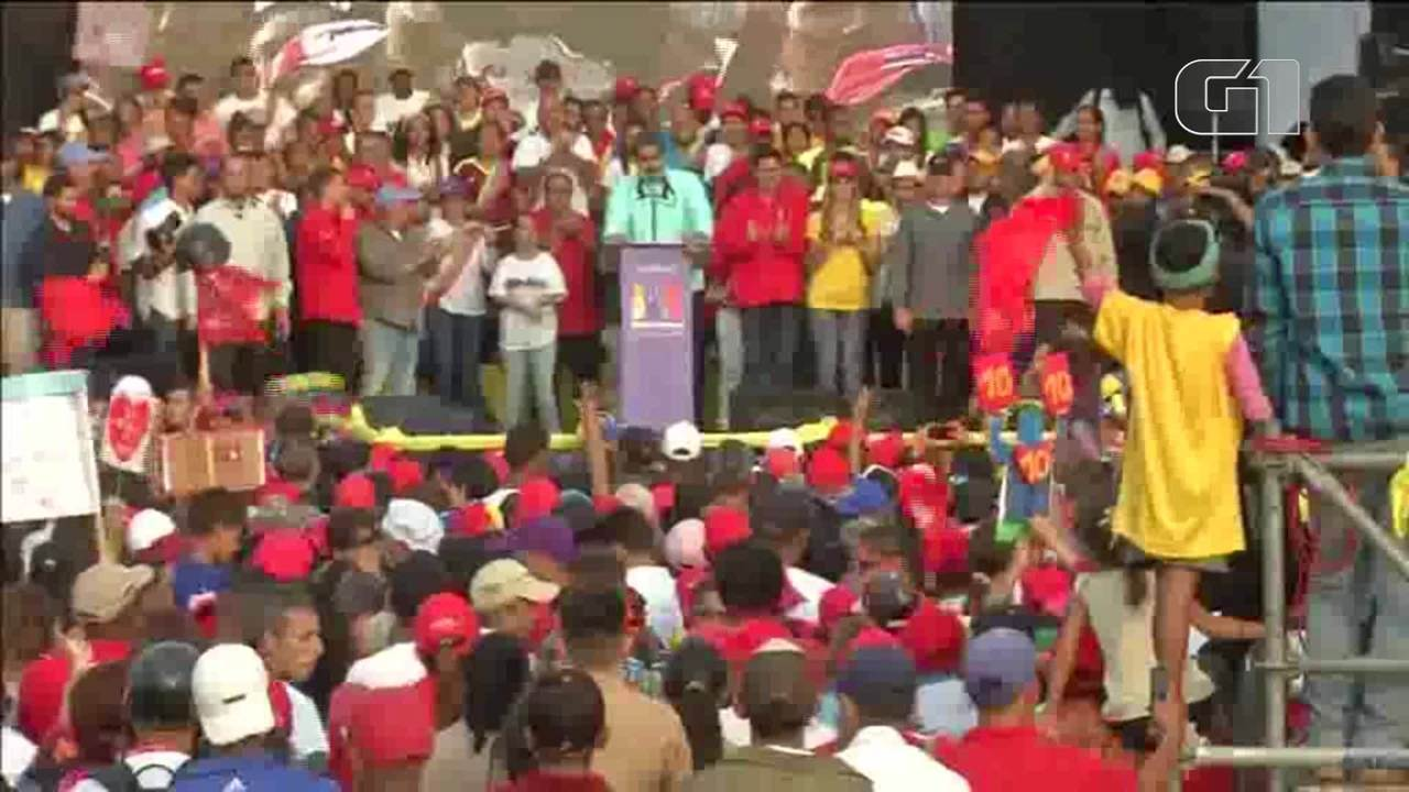 Ao som de reggaeton, Maduro dança durante comício na Venezuela